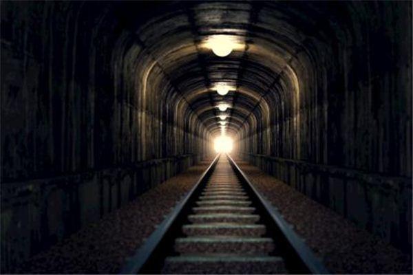 梦见隧道:穿越隧道,向往性爱