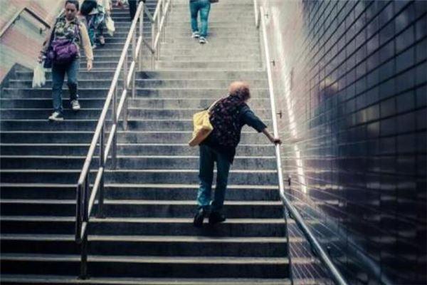 经常梦见爬楼梯,绕来绕去就是死角,走不出去,但是别人能进来。