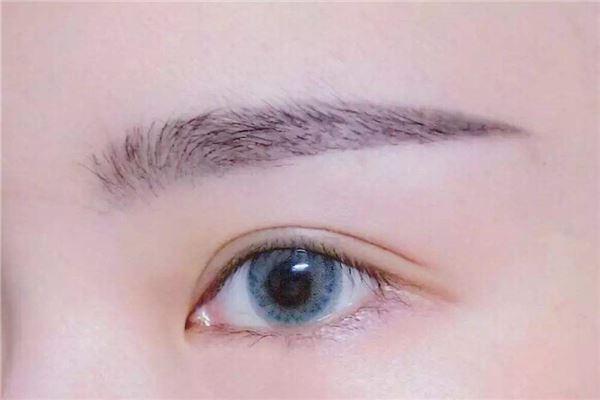 眉毛连在一起的人有什么特点?_八字命理